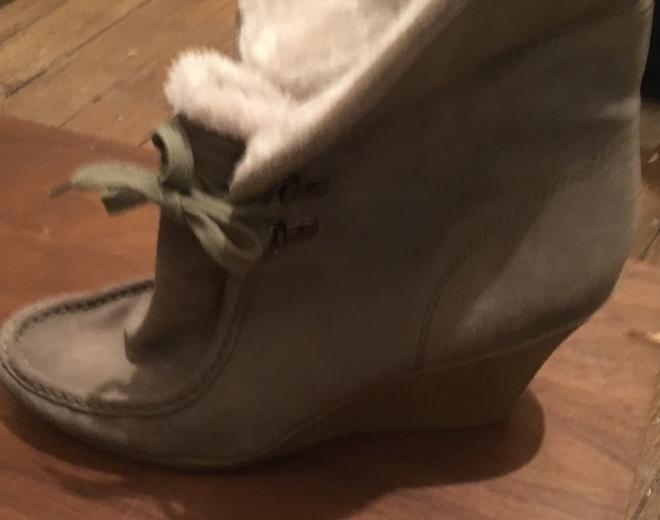 White Mountain suede boot with gumsole and fold down fur cuff. size 11 28f76069-6f5f-4eac-b75e-7b04165f9e44
