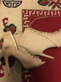 Pair of white leather heeled shoes Los Ángeles, 91042