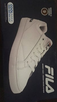 unpaired white Nike Air Force 1 low shoe 550 km