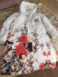 Beautiful new white padded long jacket  6002 km