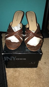 Size 7 1/2 brown leather open-toe sandals with box Laurel, 20707