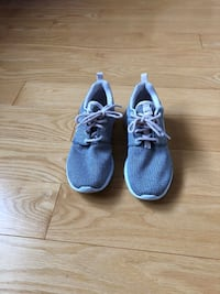 Nike Navy and Light Pink Roshes Women's Size 6 (Youth Size 4.5)