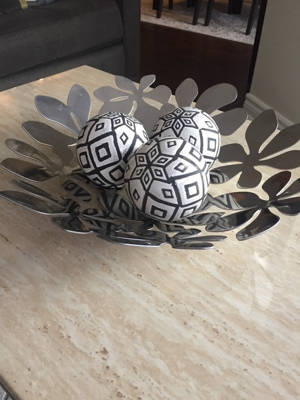 Black and white floral table decor