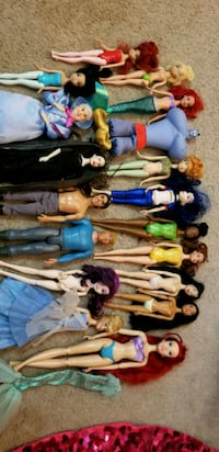 18 Disney princess dolls with car and horse.