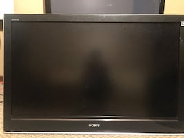 40 inch Sony Bravia TV with heavy duty wall mount (attached)