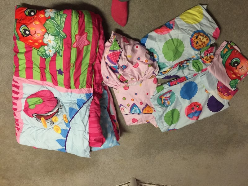 Shopkins full twin bed set. ca95e068-57bd-42e9-85dc-619f9427668b