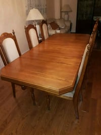 rectangular brown wooden table with four chairs di Mississauga, L5R 2B6