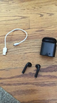 Black wireless EarPods Toronto, M4A 2T4