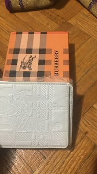 white Burberry leather bifold wallet with box Toronto, M1G