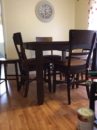 Great table with built in leaf, 4 swivel chairs an Prattville, 36067