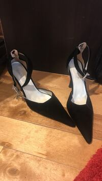 Pair of black leather pointed toe heeled shoes Montréal, H3X 2J1