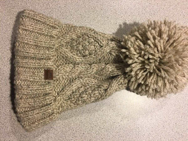 Knit roots hat, excellent condition  6dbee874-977c-4f9e-b1a1-24502fc58b08