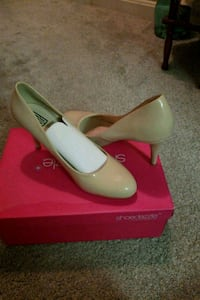 pair of white leather pointed-toe flats with box Arlington, 22204