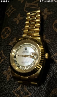 round gold-colored analog watch with link bracelet 556 km