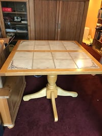 Pedestal style kitchen table, with extra leaf