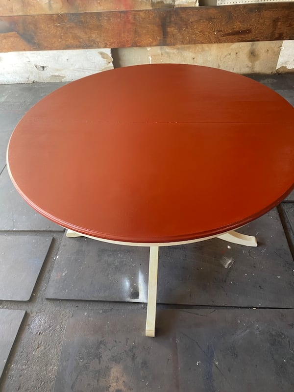 Dining room table w/chairs 55642f45-0544-402a-a067-d600021ac4ba