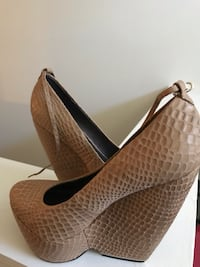 pair of brown leather pointed-toe pumps 592 mi