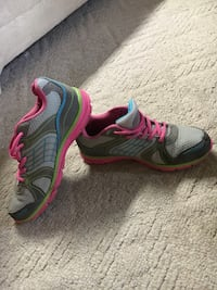 pair of gray-and-pink running shoes Manito, 61546