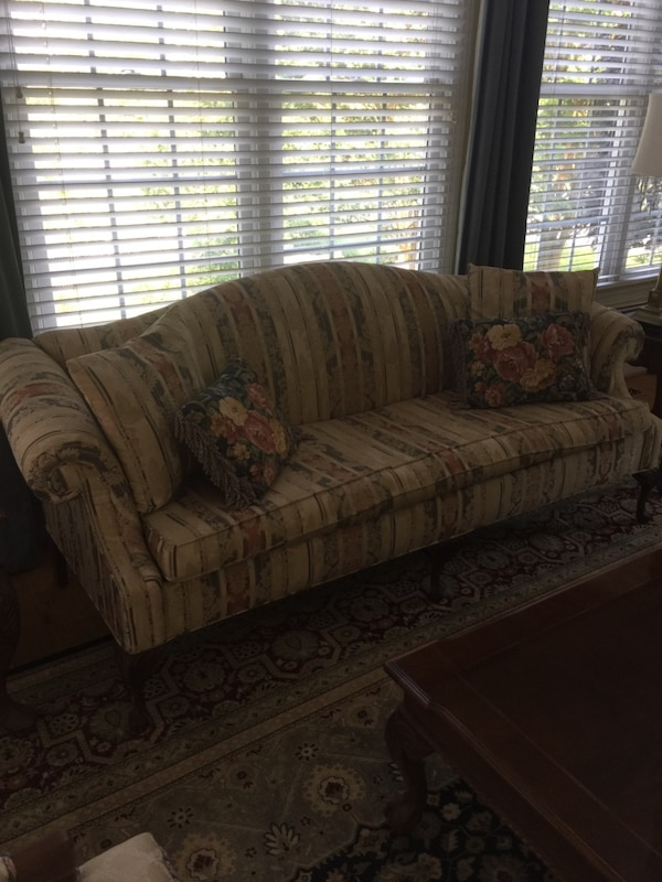 Couch b319b78d-f816-4f52-9955-c06a7d723910
