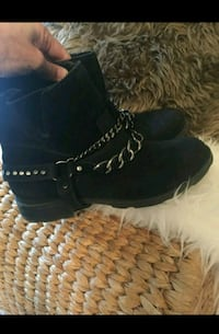 paire de bottines en daim noir T.38 Paris
