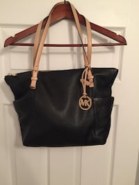 Michael kors purse, black leather, used twice, very good condition Laval, H7G 0C7