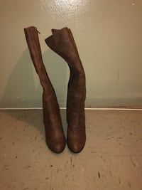 Pair of brown leather heeled knee-high boots New York, 10465