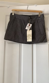 Guess short skirt. Houndstooth print. Size 26. New with tags attached. Ajax, L1T 0K1