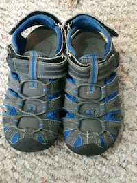 pair of blue-and-black sandals Calgary, T2Y