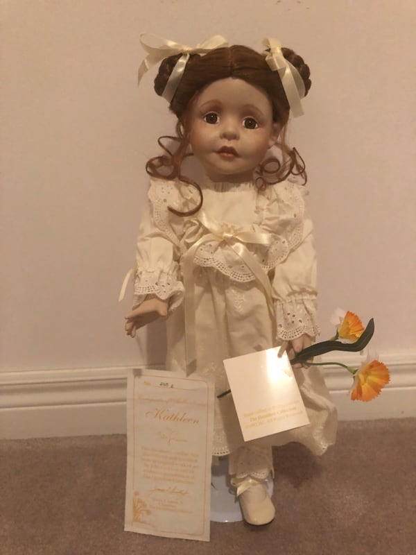 Porcelain Doll with original box dcc1fb03-46cd-4c8c-a6f6-b2a2075f7ba0