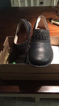 shoes, UGG size   6 new Laurel, 20707