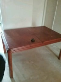 Brown wooden table/with extra leafs Alexandria