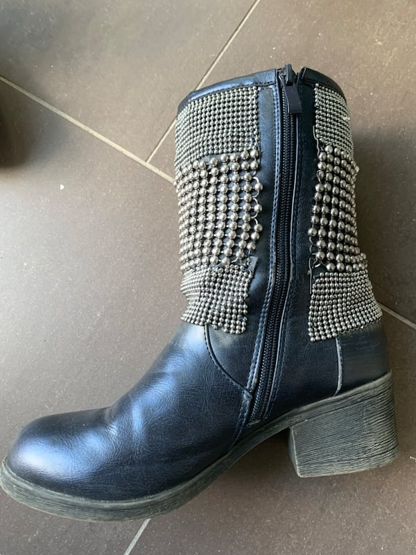 Like new Italina short black boots size 7 dd7571c0-1c85-4247-93aa-a71a4c5561eb