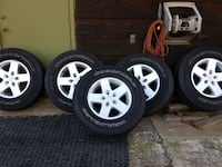 five gray Jeep 5-spokes vehicle wheels with tires