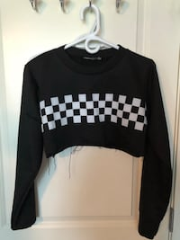 black and white long-sleeved crop-top shirt Surrey, V3S