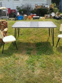 Formica table with center leaf and chairs  Barberton, 44203
