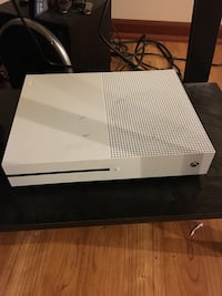 Xbox one with 2 games and 1 controlleris custom and modded.