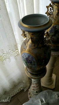 white and gold floral ceramic jar Montreal, H3R 3L4