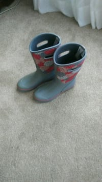 pair of black-and-red rain or snow boots size 9