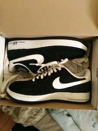 pair of black Nike low-top sneakers with box Highland Springs, 23075