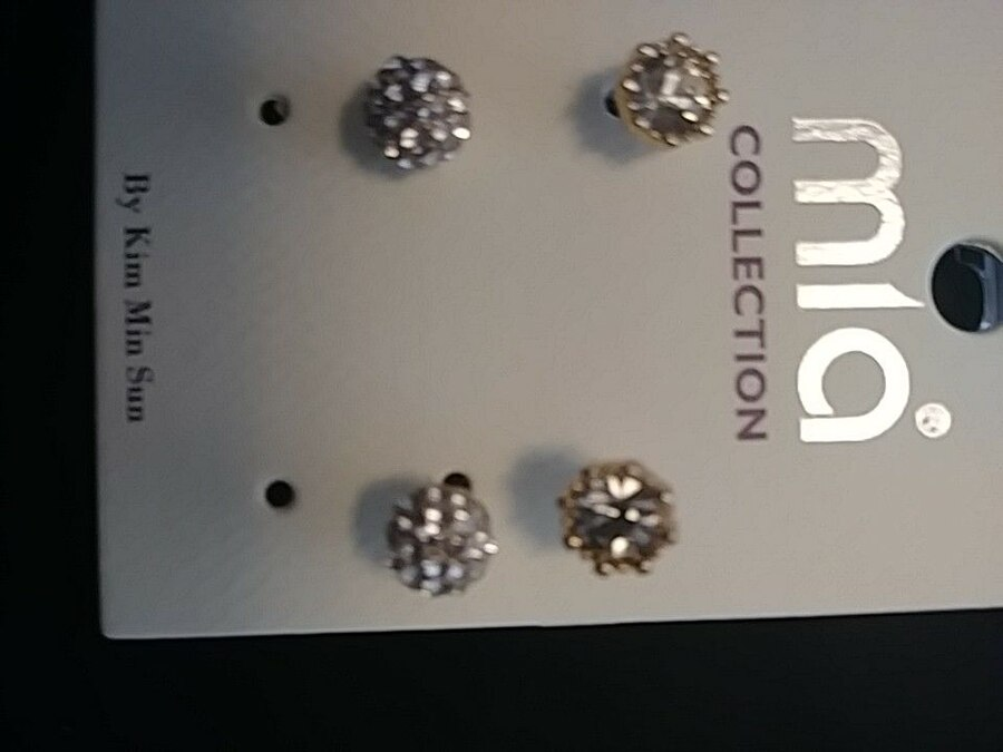 Letgo 2 Pairs Of Stud Earrings In East Providence Ri