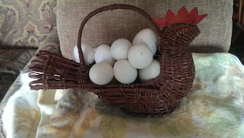 Chicken basket with plastic eggs - muskego