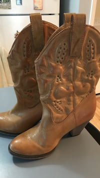 pair of brown leather cowboy boots Brandon, 39047