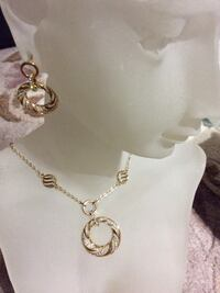 Gold pendant necklace and earrings 多伦多, M1W 3A9