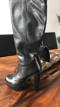 Pair of black leather Italian  chunky heeled wide-calf boots size 7,5-8 Chambly