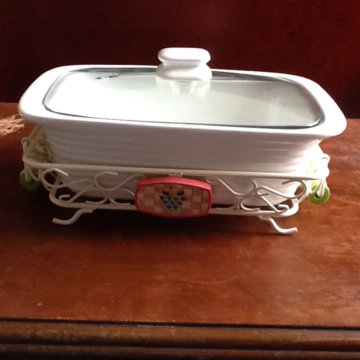 Baking dish with lid and decorative metal rack