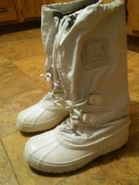 pair of white leather boots Calgary, T2G 0Z5
