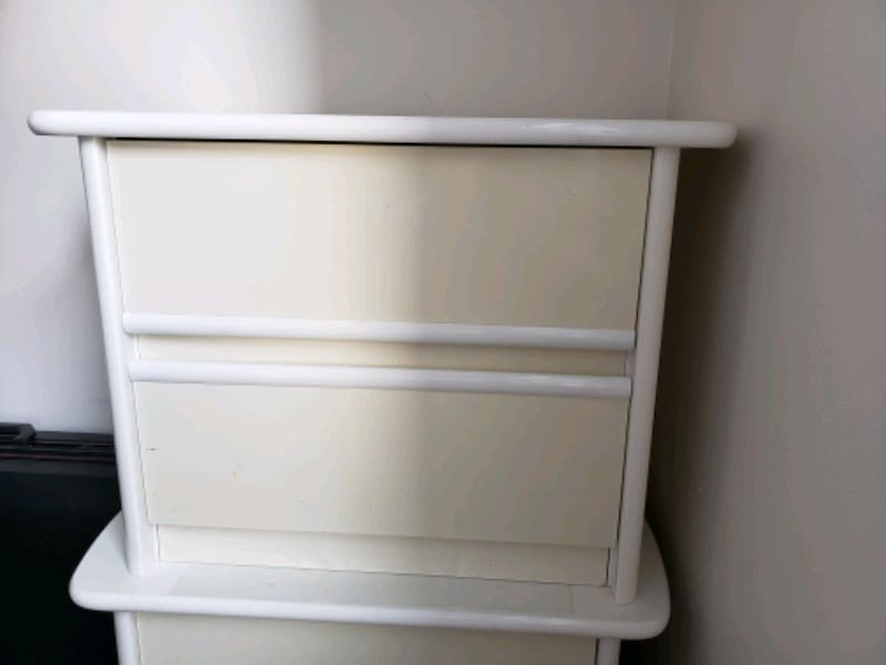 2 white side tables with drawers  020d5f33-9a75-4fb7-b9c6-b1d09fd2bb24