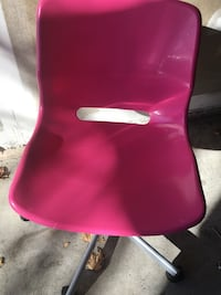 Pink desk chair on wheels. Turn to adjust height. Mississauga