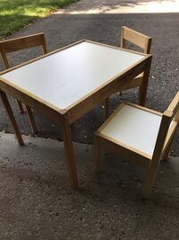 Activity table and chairs Very good condition.Smoke and rets free home