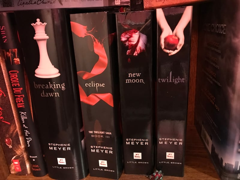Twilight book series 73b7b98b-25b9-42a6-b6ef-32b4d6bdc666
